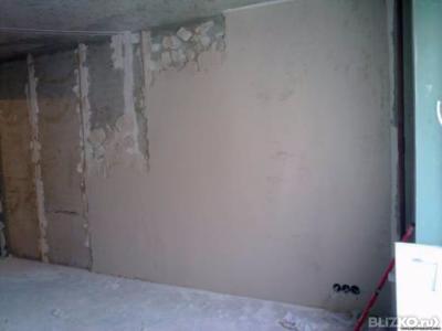 Как выровнять стену в панельном доме